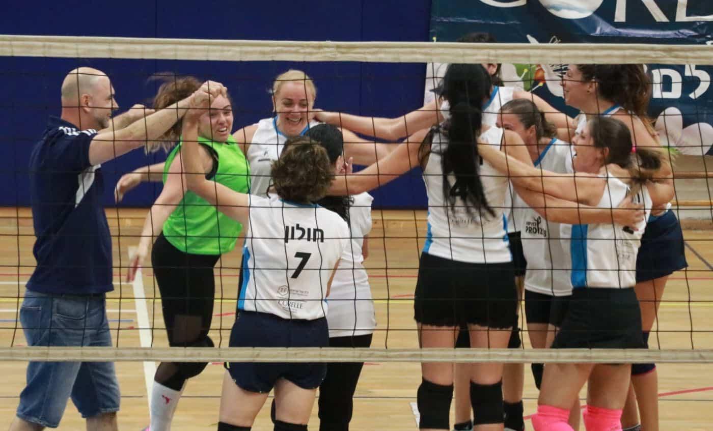 בנות חולון חוגגות את הניצחון ברבע הגמר, צילום: באדיבות איגוד הכדורשת