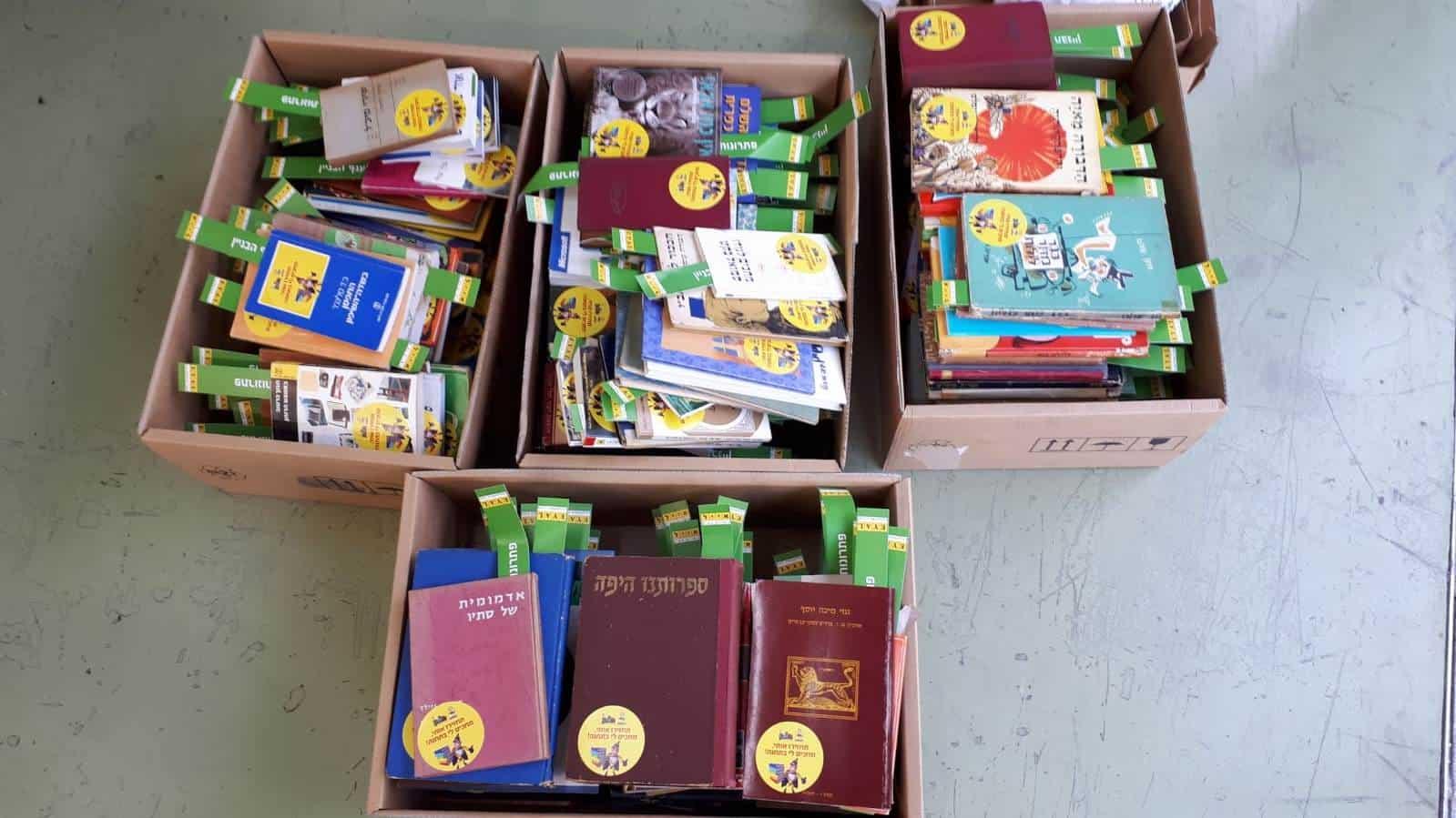 תרומת ספרים לספריות שבתחנות האוטובוסים בחולון, צילום: מוטי קרוטהמר