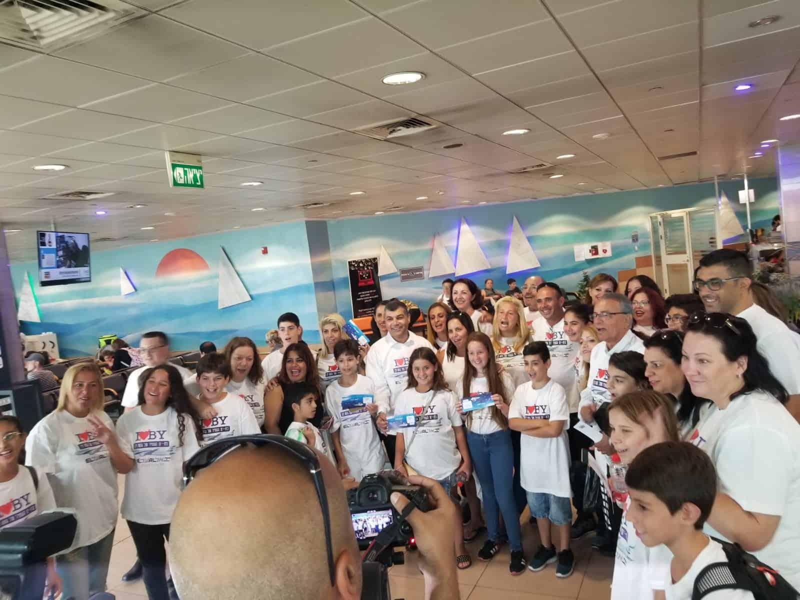 התלמידים הנרגשים רגע לפני העלייה למטוס, צילום: כנרת שמרוני